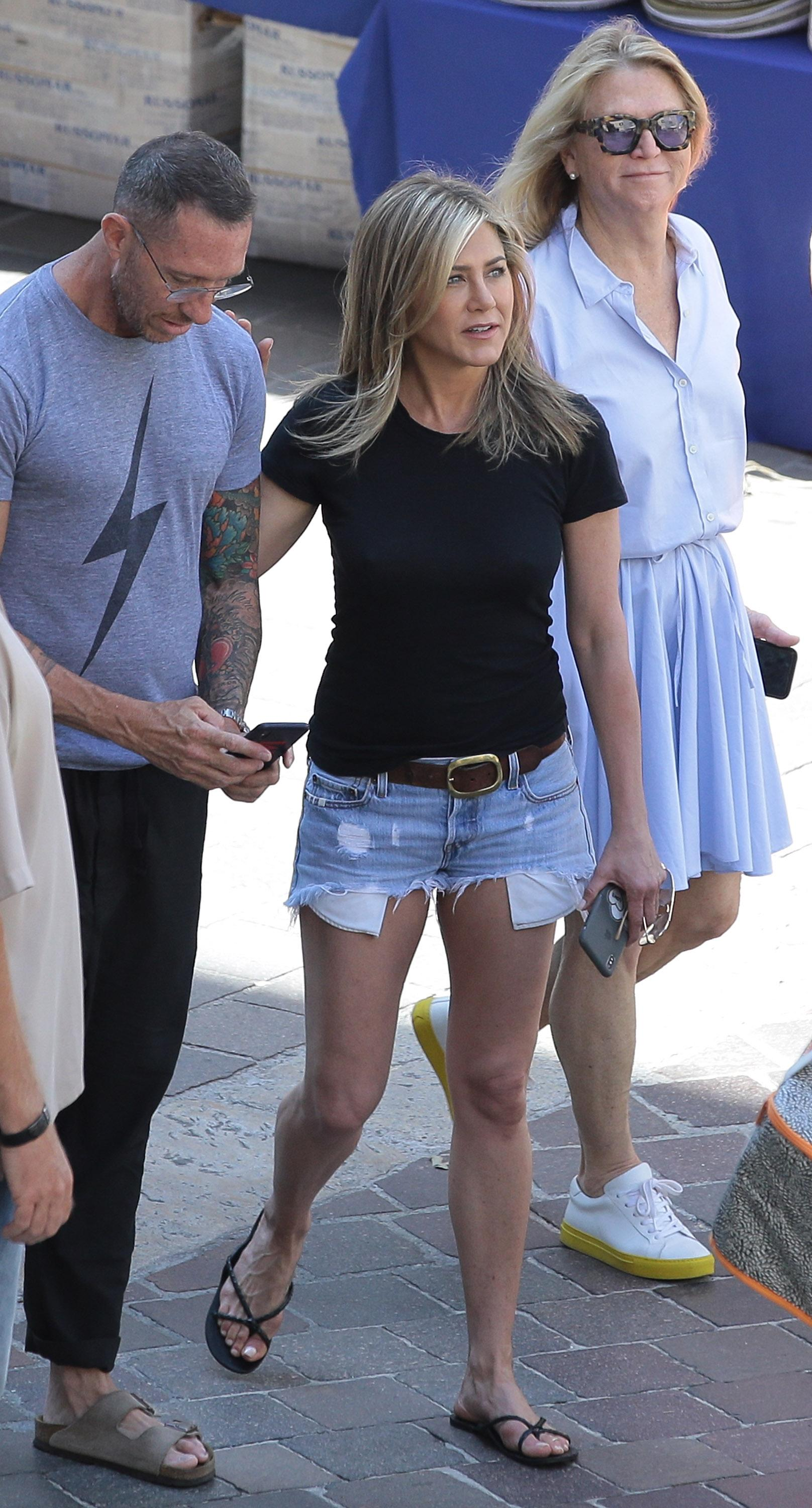Jennifer aniston legs com